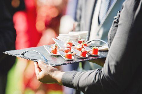 servir mesa de clientes adecuadamente