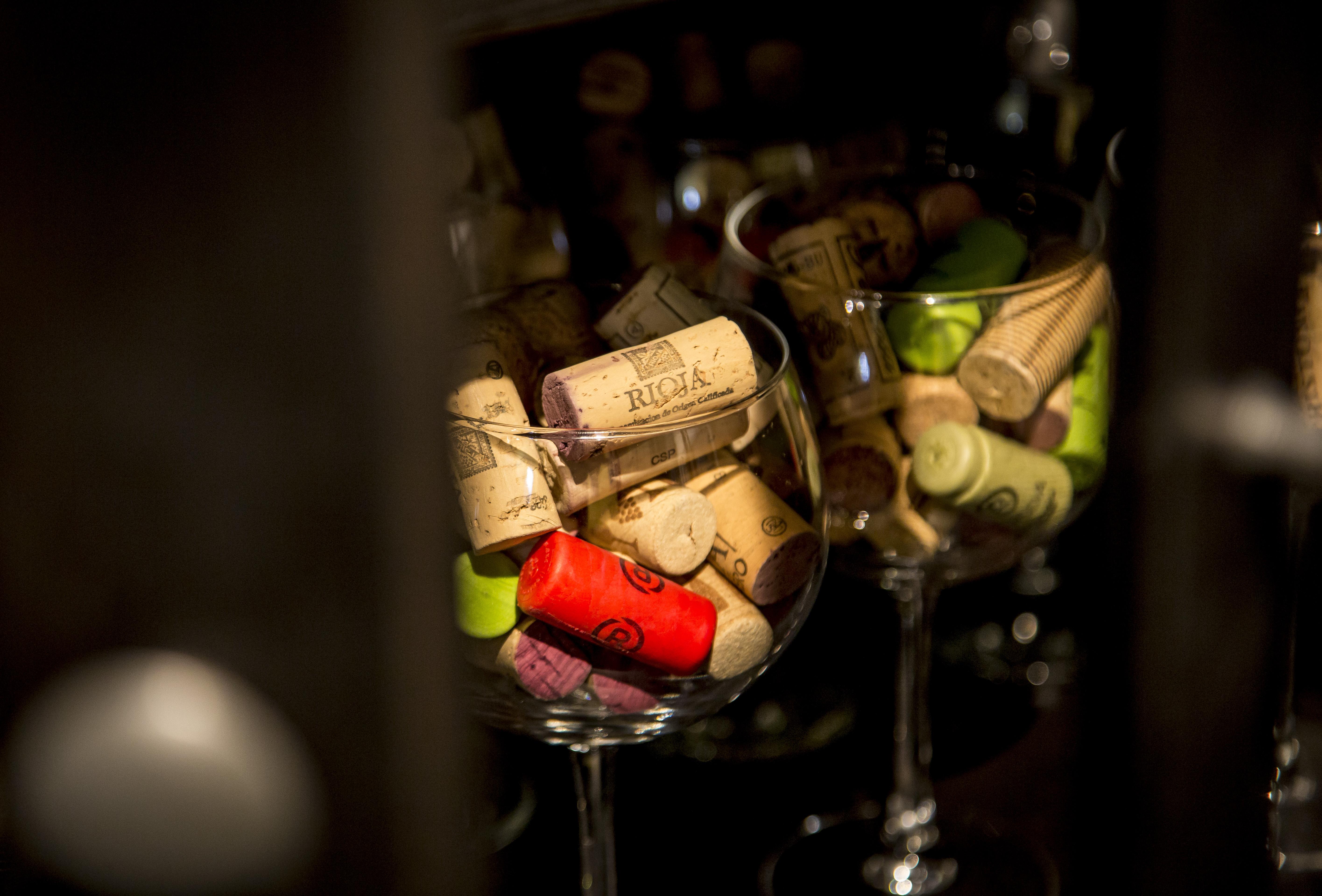 vasos de vino con corchos