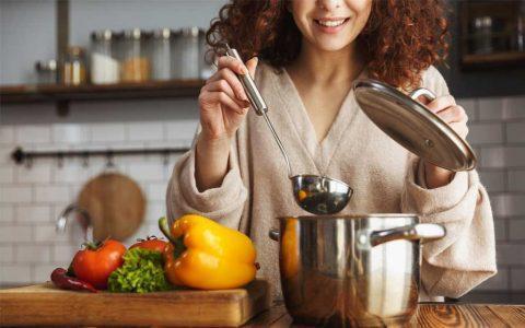 mujer cocinando saludable